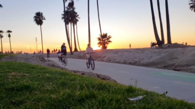 vídeos y material grabado en eventos de stock de personas que andan en bicicleta en venice beach / santa mónica california - santa monica los ángeles