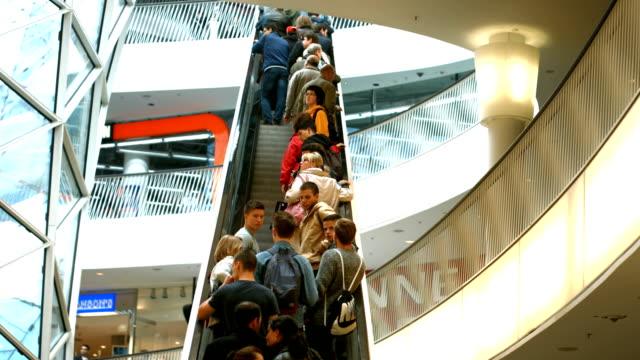 vidéos et rushes de personnes équitation escalator en centre commercial (4 k uhd à haute définition /) - monter sur un moyen de transport