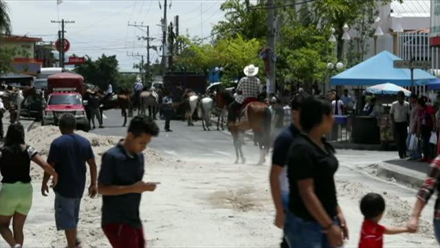 vídeos de stock, filmes e b-roll de people riding horses at a festival in san salvador el salvador - festival tradicional