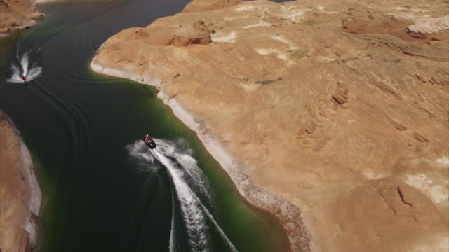 people riding jet boats in desert lake / lake powell, arizona, united states - lago powell video stock e b–roll