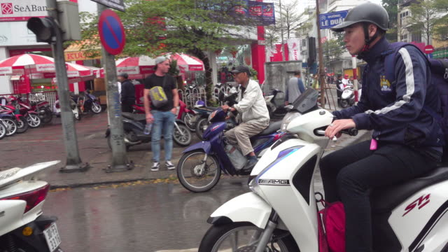 people riding motorbike at hanoi vietnam. taxi point of view - ベトナム点の映像素材/bロール