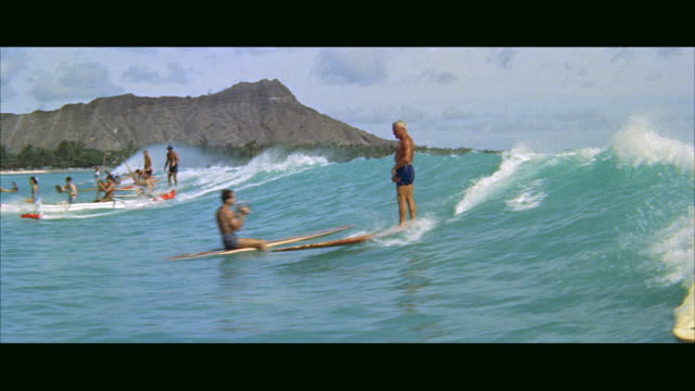 vídeos y material grabado en eventos de stock de ms people riding on surfboards / honolulu, hawaii, united states - islas de hawái
