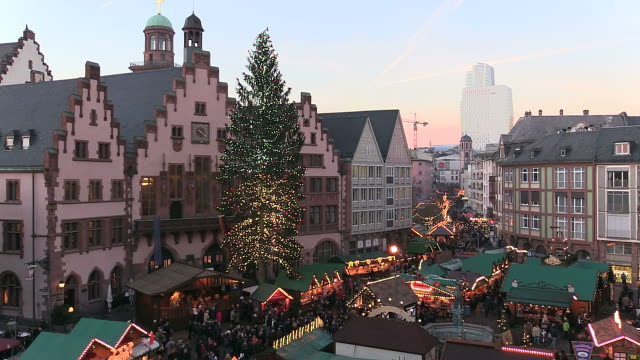 ws people roaming and enjoying at christmas market at romer square / frankfurt, main, hesse, germany - hesse germany stock videos and b-roll footage