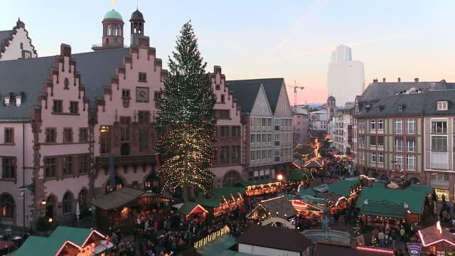 ws people roaming and enjoying at christmas market at romer square / frankfurt, main, hesse, germany - hesse germany stock videos & royalty-free footage
