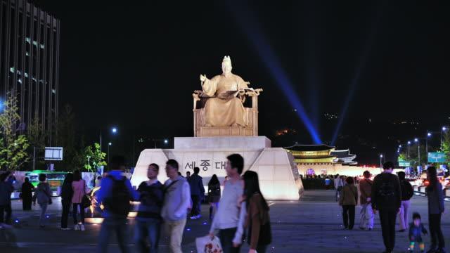 ms t/l people roaming at king sejong statue at gwanghwamun square / seoul, south korea - 史跡めぐり点の映像素材/bロール