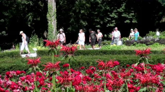 ms people roaming in national garden exhibition / koblenz, rhineland-palatinate, germany - gemeinsam gehen stock-videos und b-roll-filmmaterial