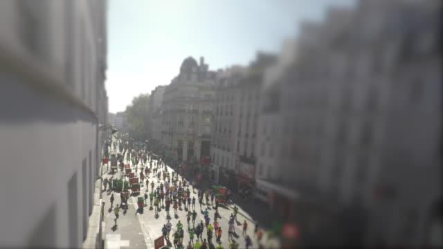 vidéos et rushes de people run the marathon in the street - marathon