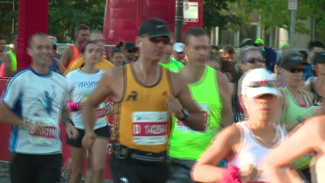 wgn people running at the start of the 2017 bank of america chicago marathon on oct 8 2017 - bank of america stock videos & royalty-free footage