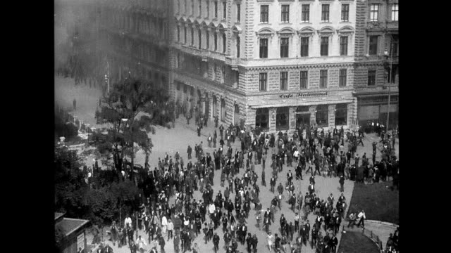 vidéos et rushes de people running through streets crowds scattering from gun shots / the palace of justice being ransacked and set on fire vienna in revolt on january... - vienne autriche