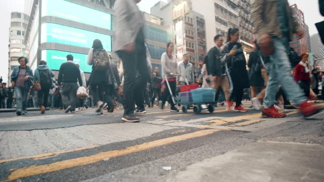 vidéos et rushes de rush de gens à hong kong, passage clouté - chinois