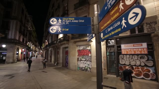 vídeos de stock e filmes b-roll de people rush through the historic center of the city during the third night of curfew on october 27 2020 in barcelona spain restrictions last from 10... - ambientação