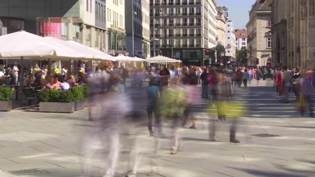 t/l people rushing in stephansplatz in vienna - hauptverkehrszeit stock-videos und b-roll-filmmaterial