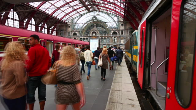 stockvideo's en b-roll-footage met t/l people rushing through antwerp central station (antwerpen-centraal railway station) - station