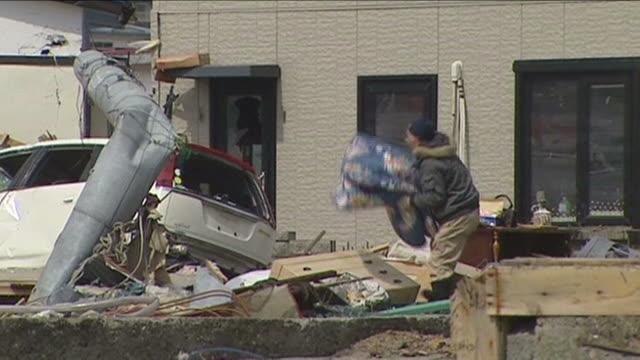 vídeos y material grabado en eventos de stock de people searching through the wreckage of their homes following a tsunami rikuzentakata japan march 2011 - maremoto
