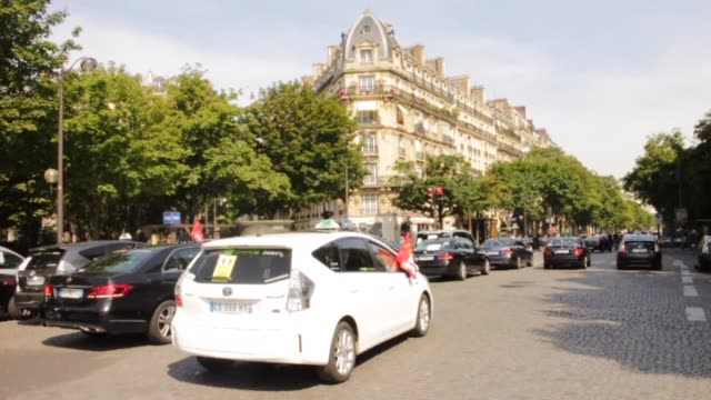 vidéos et rushes de people seen as french cab drivers stage a one-day strike over competition from us-based uber company, which they say threatens their jobs by taking... - grève
