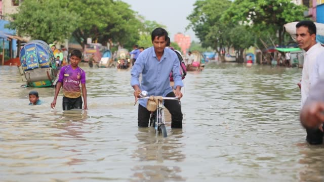 vídeos y material grabado en eventos de stock de people seen on street during tideup at agrabad area in chittagong bangladesh on july 27 2017 every day agrabad area goes under water 45 feet during... - bangladesh