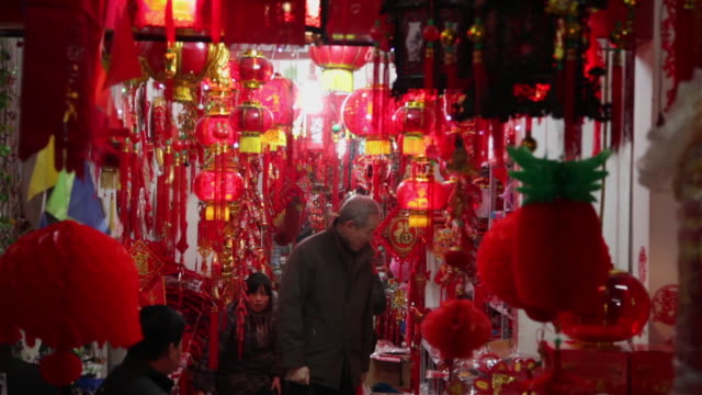ms people shop for lanterns during chinese spring festival in market / xi'an, shaanxi, china - chinesisches laternenfest stock-videos und b-roll-filmmaterial