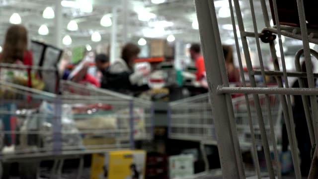 vídeos de stock, filmes e b-roll de people shopping at a mall in america - pushing