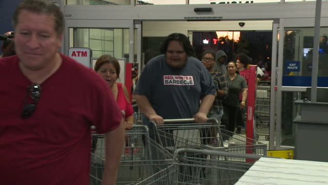 KSWB People Shopping at Best Buy for Black Friday