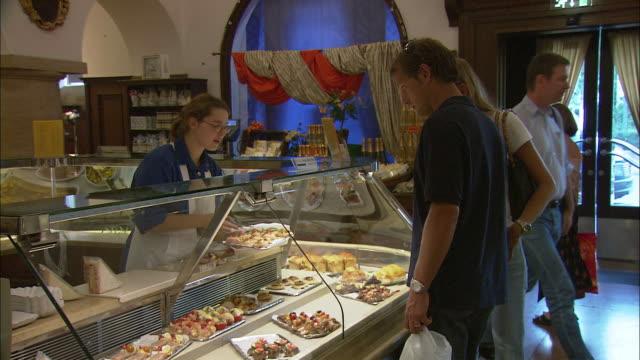 vídeos y material grabado en eventos de stock de ms people shopping at dallmayr, luxury delicatessen, munich, bavaria, germany - bandeja para servir