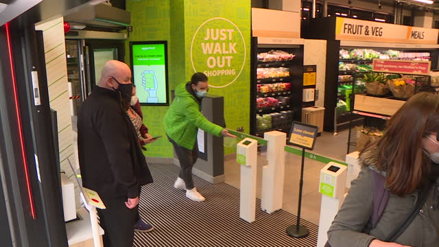 people shopping at first amazon fresh supermarket in uk, ealing broadway, where you don't scan products of go to a checkout - 出来事の発生点の映像素材/bロール