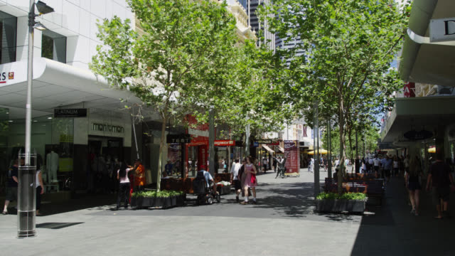 ws people shopping at hay street mall / perth, western australia, australia - shopping mall点の映像素材/bロール