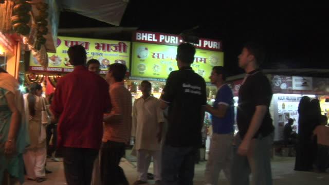 stockvideo's en b-roll-footage met ws pan people shopping at market, mumbai, maharashtra, india - winkelbord