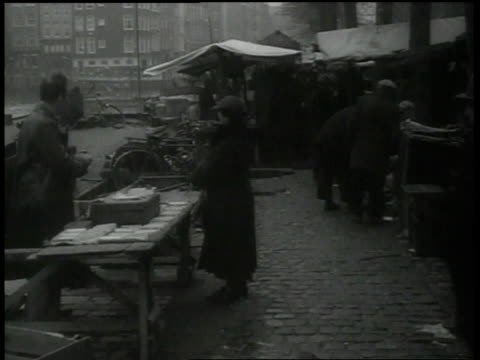 vídeos de stock, filmes e b-roll de 1938 montage people shopping at marketplace / amsterdam, netherlands - judaísmo