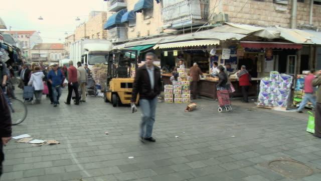 WS PAN People shopping at street stalls at Mahane Yehuda Market / Jerusalem, Israel