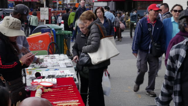 people shopping at street vendor in flushing, queens, new york - bancarella video stock e b–roll