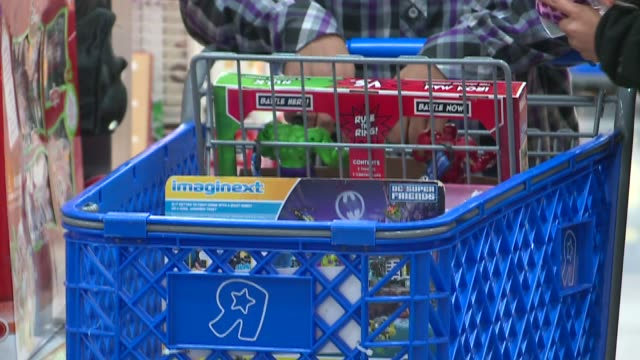 stockvideo's en b-roll-footage met wgn people shopping at toys r us on black friday in chicago on november 26 2015 - toys r us