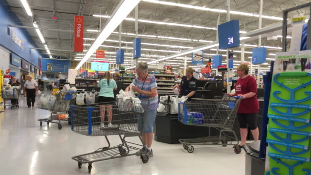 vídeos y material grabado en eventos de stock de people shopping at walmart in north georgia usa - bolsa de papel