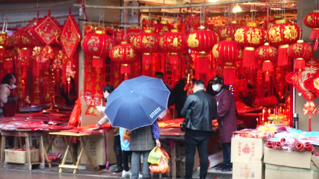 vídeos y material grabado en eventos de stock de people shopping for 2021 lunar new year in street in fuzhou,jiangxi province - china