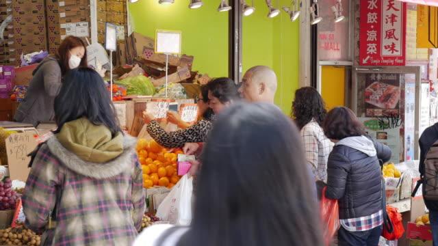 vídeos y material grabado en eventos de stock de people shopping fruits in flushing, queens, new york city - flushing