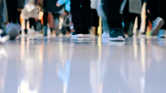 Compras en mall, close-up caminando la gente