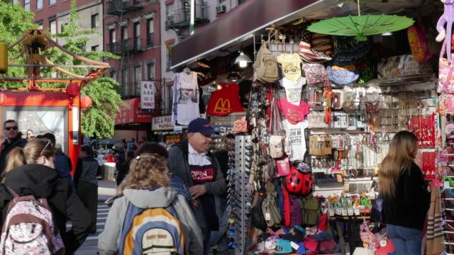 vídeos y material grabado en eventos de stock de people shopping in new york city chinatown - consumismo
