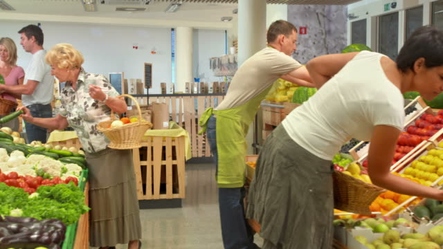 hd dolly: people shopping in produce store - antioxidant stock videos & royalty-free footage