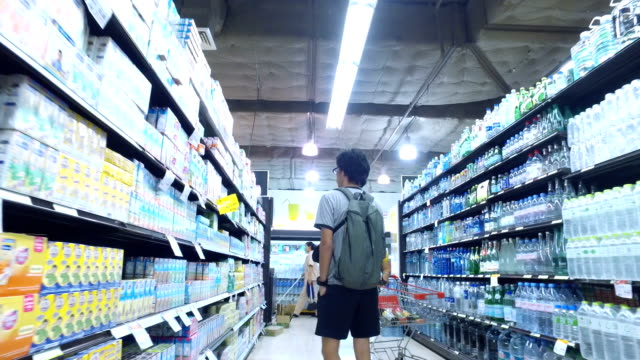 persone, shopping in supermaket - scaffale video stock e b–roll