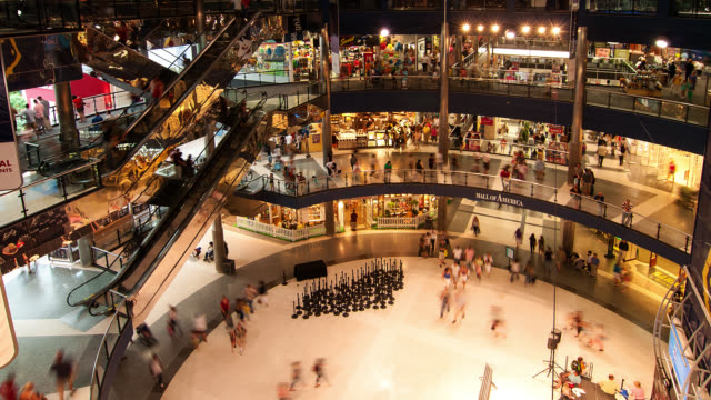 vidéos et rushes de t?l wa ha people shopping in the mall of america - société de consommation