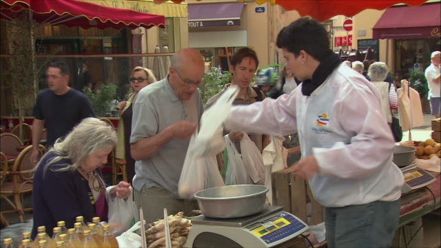 vídeos de stock, filmes e b-roll de ms people shopping vegetables in market / aix-en-provence, provence, france - aix en provence