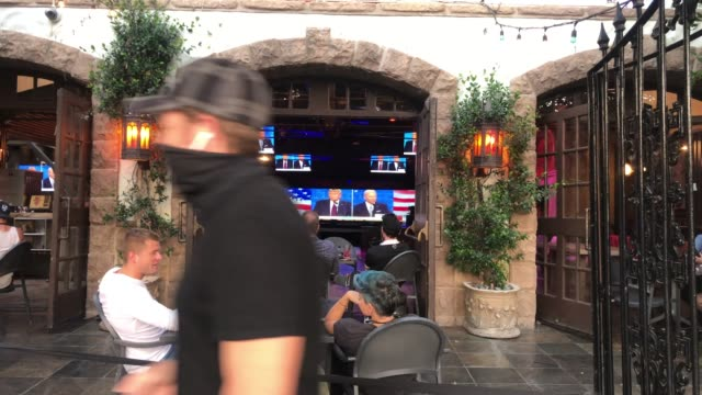 vidéos et rushes de people sit and watch a broadcast of the first debate between president donald trump and democratic presidential nominee joe biden at the abbey with... - débat