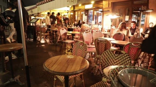 vidéos et rushes de people sit at bars in the latin quarter on october 5, 2020 in paris, france. to fight against the covid19, the paris police prefecture has announced... - demi finale