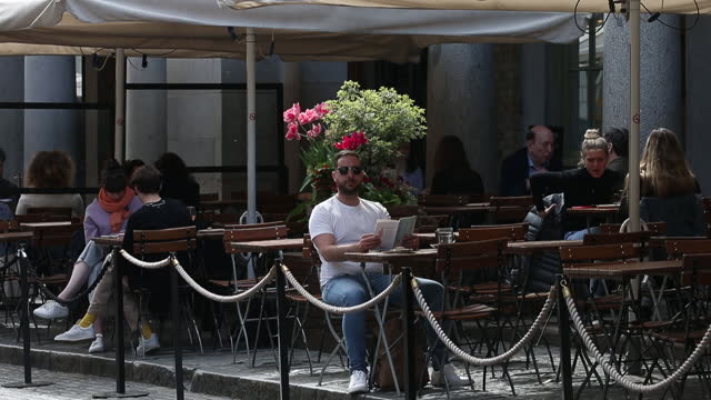 people sit at outdoor dining tables set up outside a restaurant at covent garden in london, u.k., on tuesday, may 11, 2021. u.k. prime minister boris... - flatten the curve stock videos & royalty-free footage