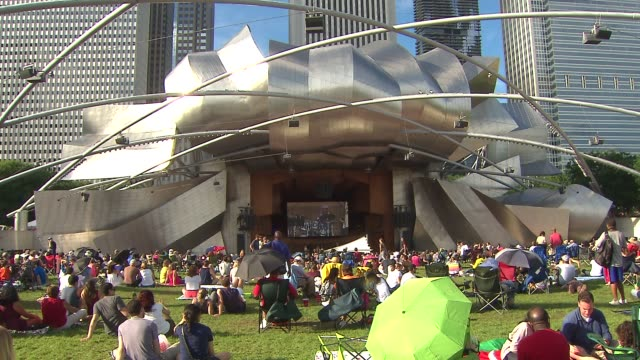 vídeos de stock e filmes b-roll de people sitting and listening to jazz at millennium park's jay pritzker pavilion on aug 30 2014 in chicago - pavilhão jay pritzker