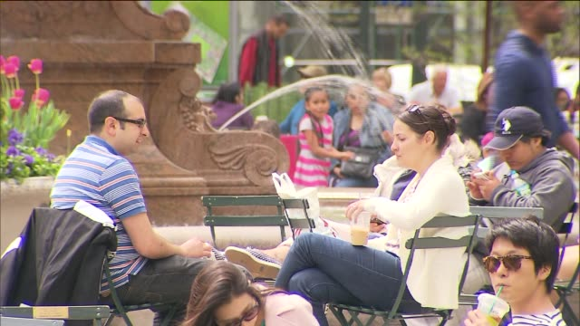 vidéos et rushes de people sitting at tables on carousel lawn in front of new york public library at bryant park on may 03 2014 in new york city - banc public