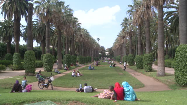 WS People sitting in public park  /Casablanca, Unspecified, Morocco