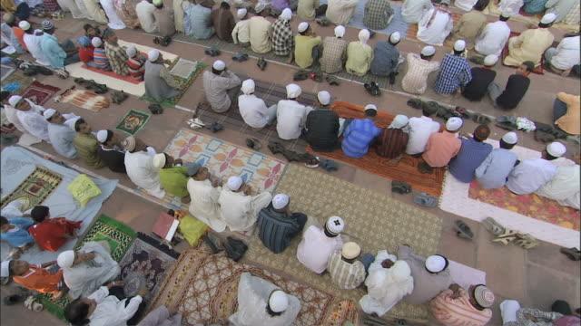 ws cs  people sitting in vast courtyard of mosque for pray /delhi, national territory of delhi, india - auf dem boden sitzen stock-videos und b-roll-filmmaterial