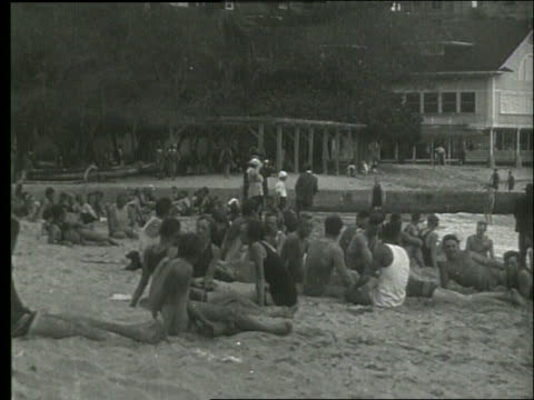 vídeos de stock e filmes b-roll de b/w people sitting on waikiki beach / 1919 hawaii / no sound - 1919