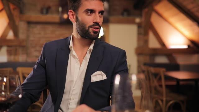 vídeos de stock e filmes b-roll de people sitting together in restaurant - na moda descrição
