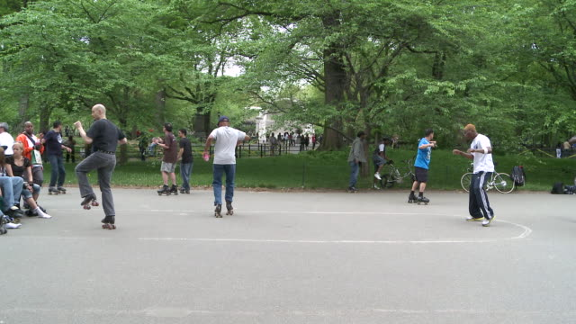 vidéos et rushes de ms people skating and dancing in central park / new york, united states - central park manhattan